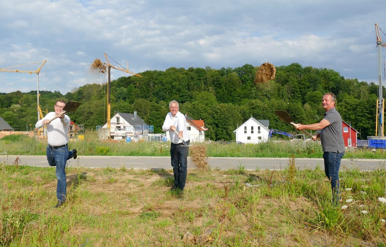 Bürgermeister Maximilian Friedrich, Geschäftsführer Gunnar Stuhlmann und Architekt Uli Ettle beim Spatenstich © Gemeinde Berglen